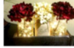 Decoració de casament, pots de vidre amb flors i llums