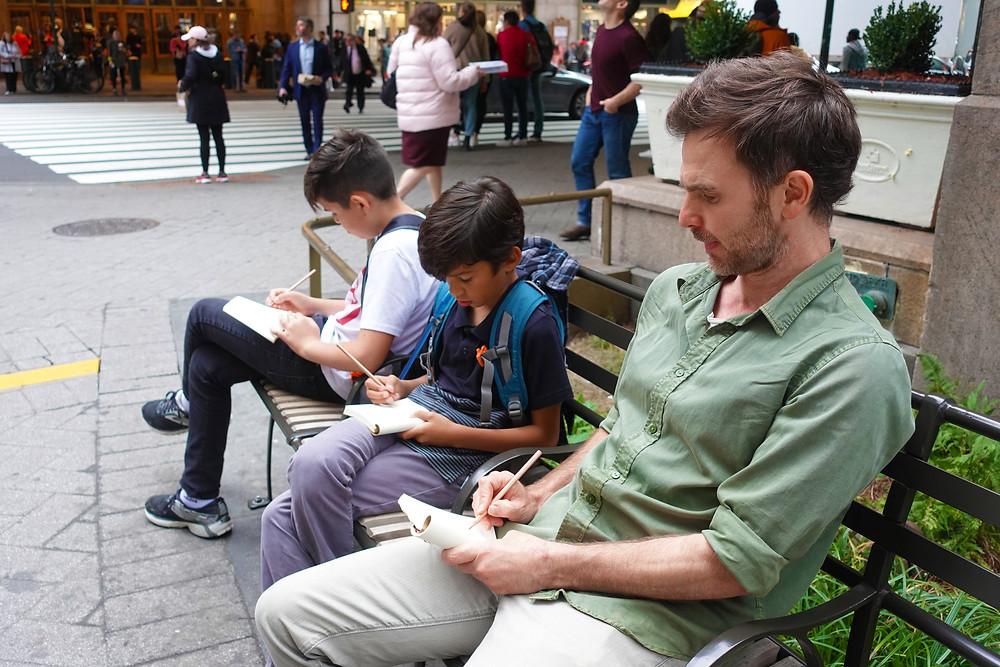 Grupo da experiência Sketch and The City desenhando em Nova York