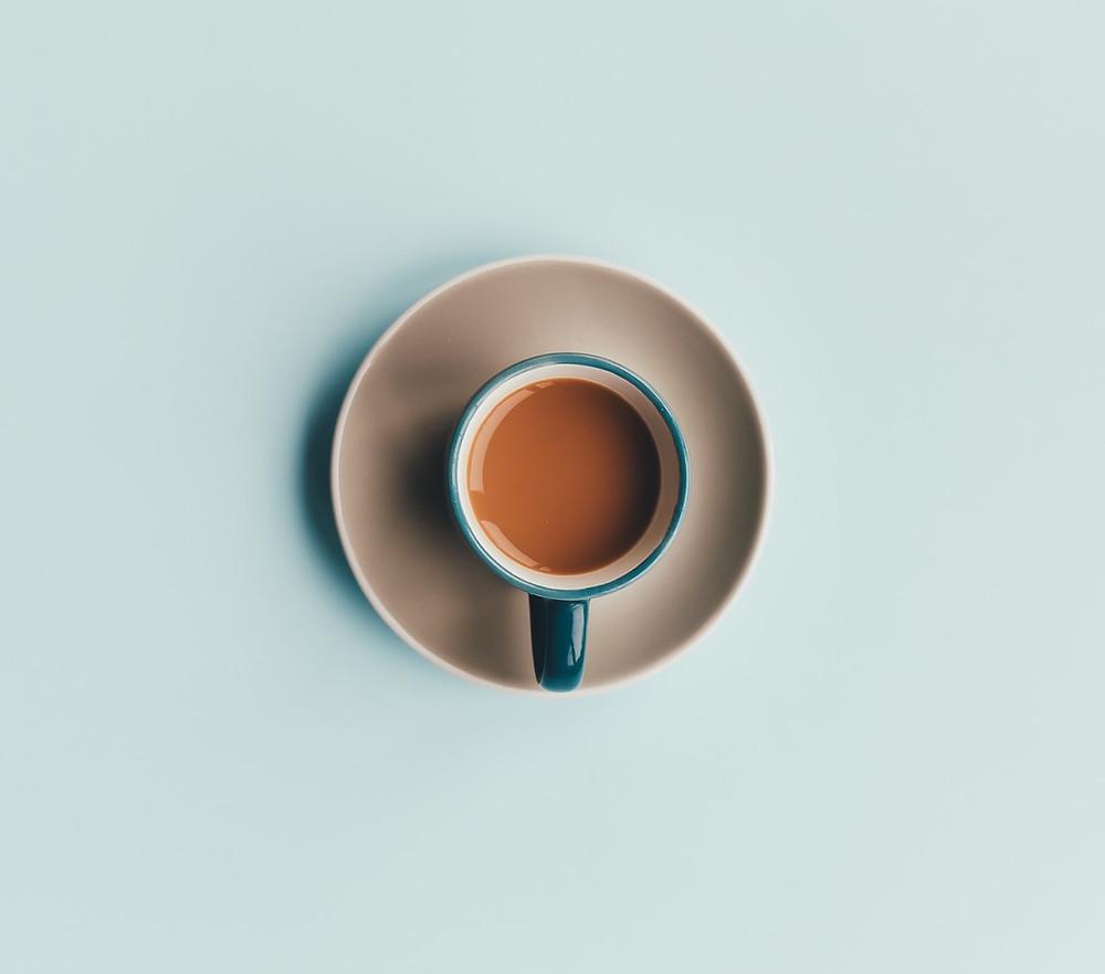 foto minimalista com xícara de café