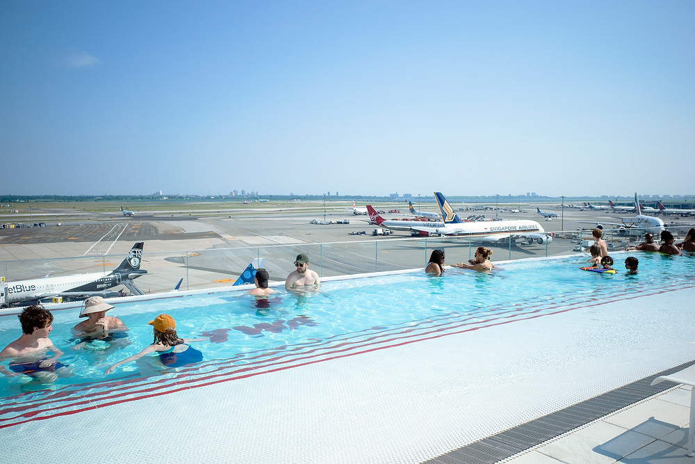 Piscina do TWA hotel com vista para a pista do aeroporto John F Kennedy