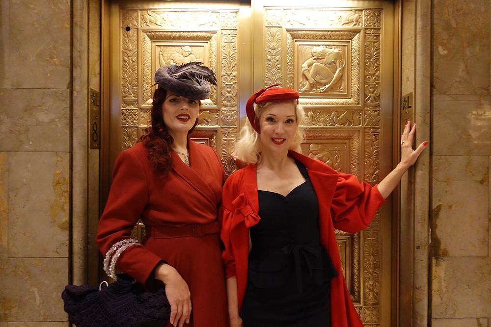 As anfitriãs da experiência do New York City Glamour tour vestidas em trajes da década de 20