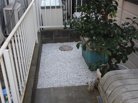 綾瀬市の石灰砂利敷き+防草シートの施工事例(K様邸)