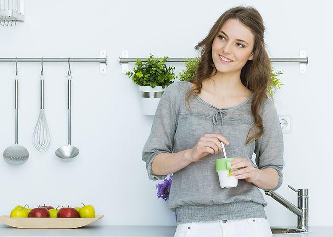 женщина в кухне