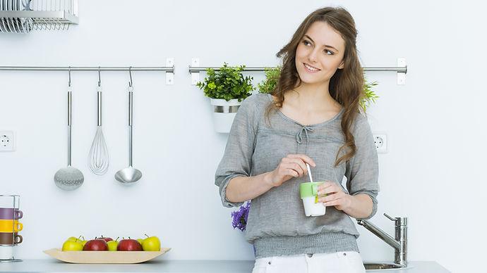 kvinna i köket