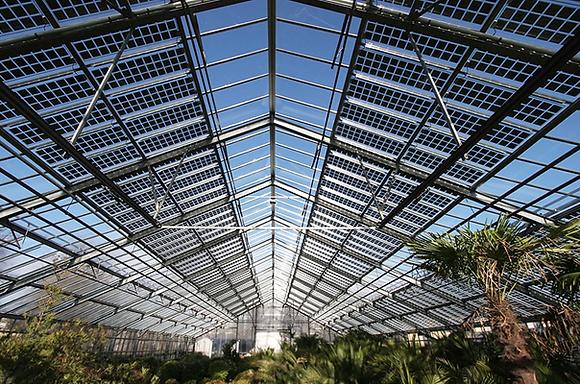 Como limpar os painéis solares bifaciais?