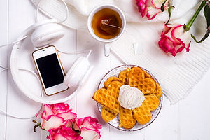 morning-breakfast-with-waffles-P2G4WTB.j