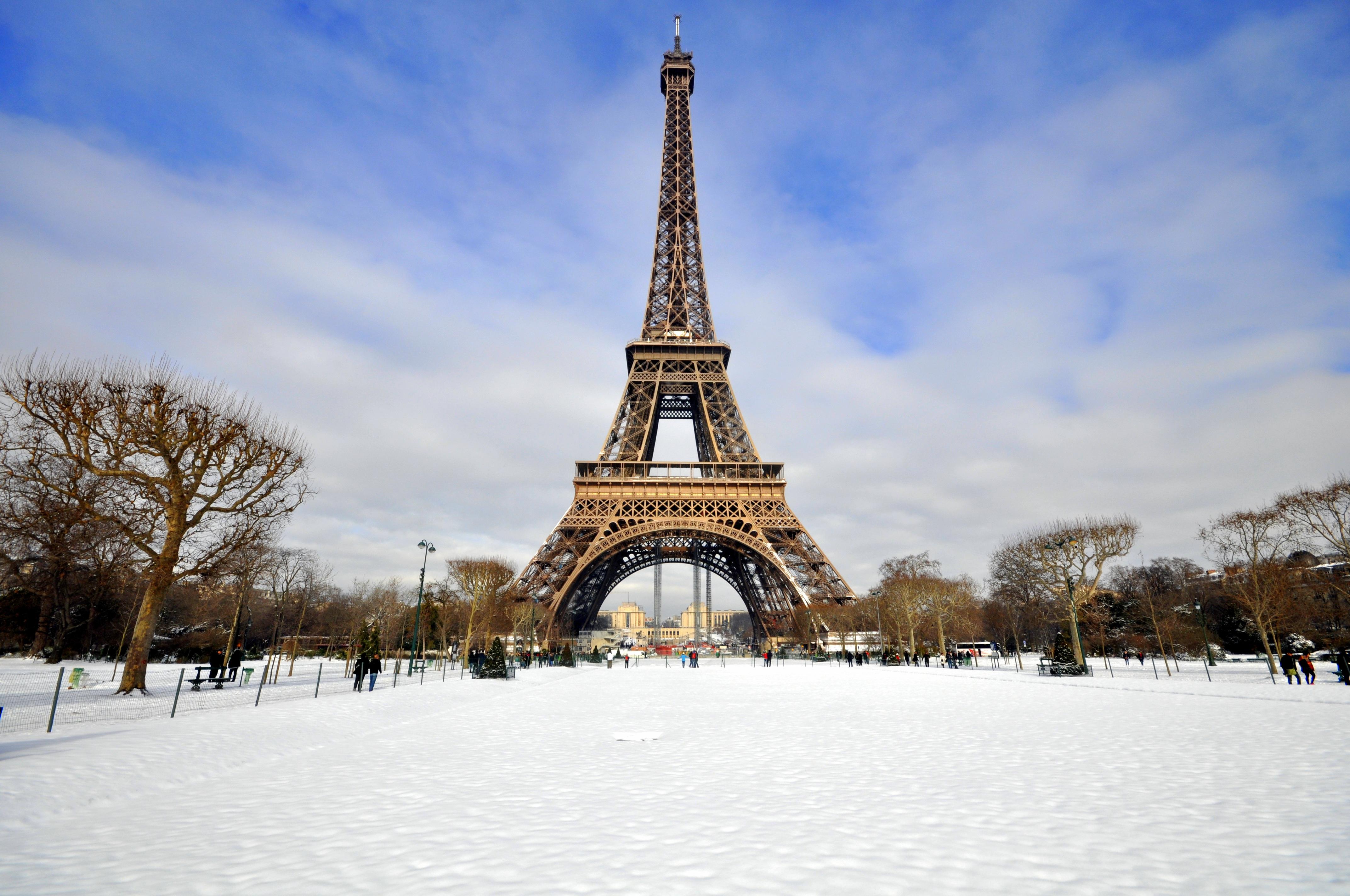 Tour_Eiffel_et_Champ_de_Mars__enneigé_AdobeStock_50946933