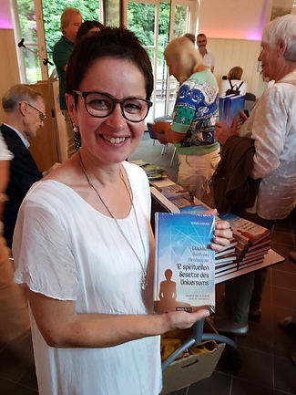 Onna Kasper mit Buch.jpeg