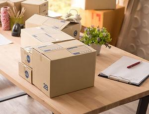 muchas-cajas-productos-mesa-madera-ofici