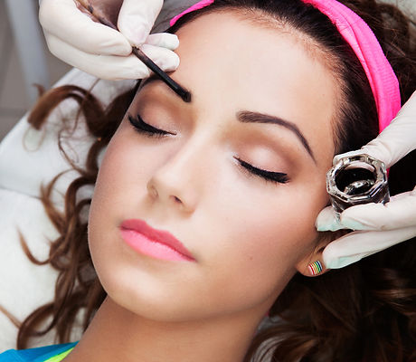 Eyebrows tinting treatment with natural