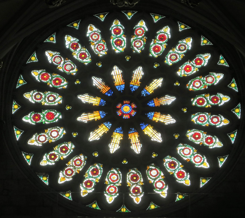 A close-up of the Rose Window; the outer panels contain two red Lancastrian roses, alternating with panels containing two red and white Tudor roses