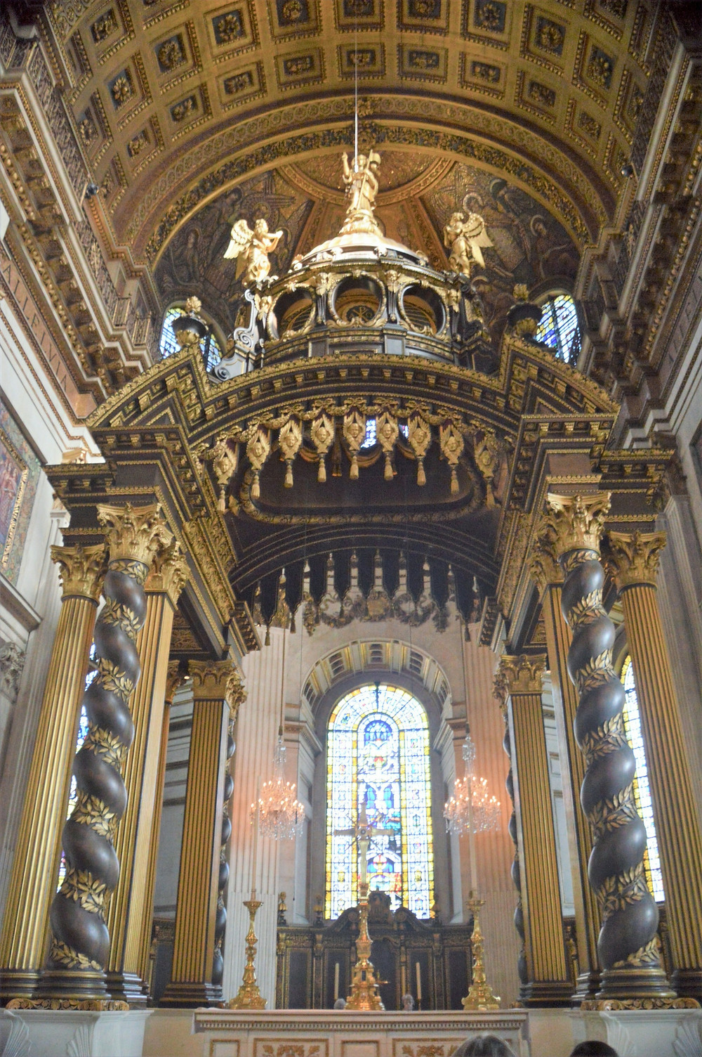 The current high altar of St Paul's Cathedral dates from 1958 and is made of marble and carved and gilded oak