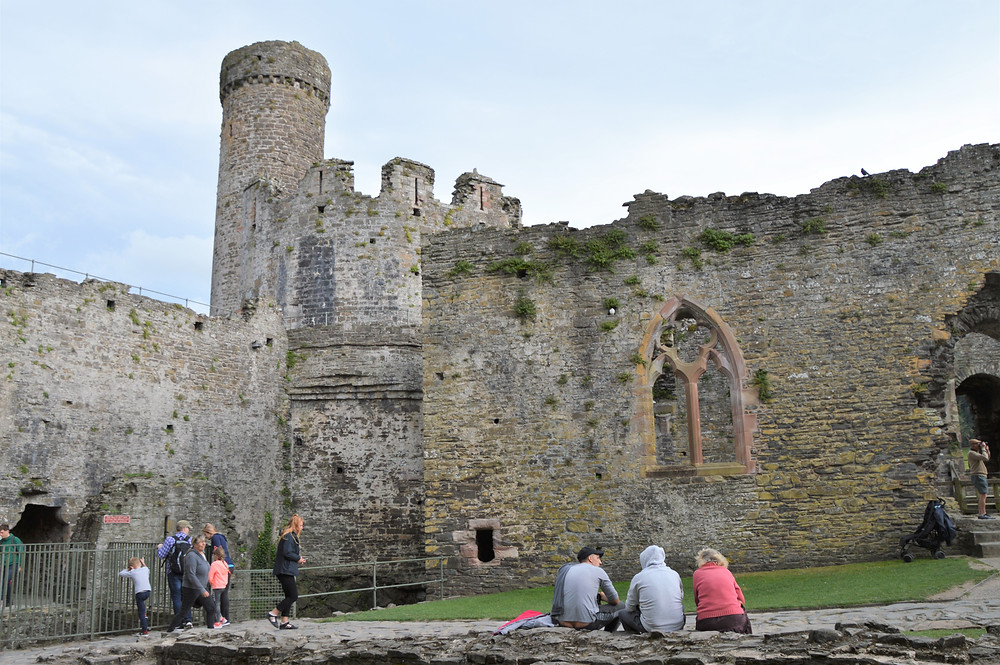 The main chapel of Conwy Castle was used by castle general population. Fragments of window tracery remain