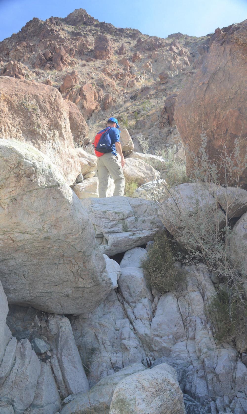 Hiking through ravine to reach Pinto Mountain summit in Joshua Tree National Park