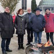 Circuspfarrer Adrian Bolzern mit protestantischer Circus Pfarrerin Eveline Saoud beim Mahnfeuer vor der Kirche in Zollikon