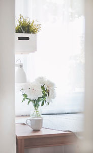 white-peonies-in-clear-glass-vase-center