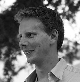 Dès 2013, Gaëtan Jacquemin, détenteur d'un diplôme en Sciences politiques, a géré l'ensemble des partenariats privés et publics de Mons 2015. Au cours de cette expérience et notamment à travers la création du Club Mons 2015 Entreprises, il a suscité l'intérêt du monde économique pour la culture et l'intérêt du monde culturel pour le secteur économique. Cette expérience lui a donné l'envie de créer de nouvelles aventures au sein de sa société Dyncomm qu'il a fondée en 2010 et au sein de laquelle il a repris son poste en 2016. La société a profité de cette expérience nouvelle pour ajouter à son expertise d' organisation événementielle de grande envergure une dimension territoriale et institutionnelle.