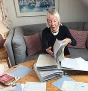 Kirsten med breve.jpg