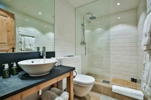 Nordic Lodge shared shower room .jpg