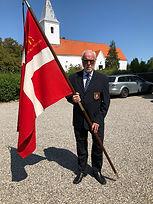 Claus Jensen med fanen.jpg