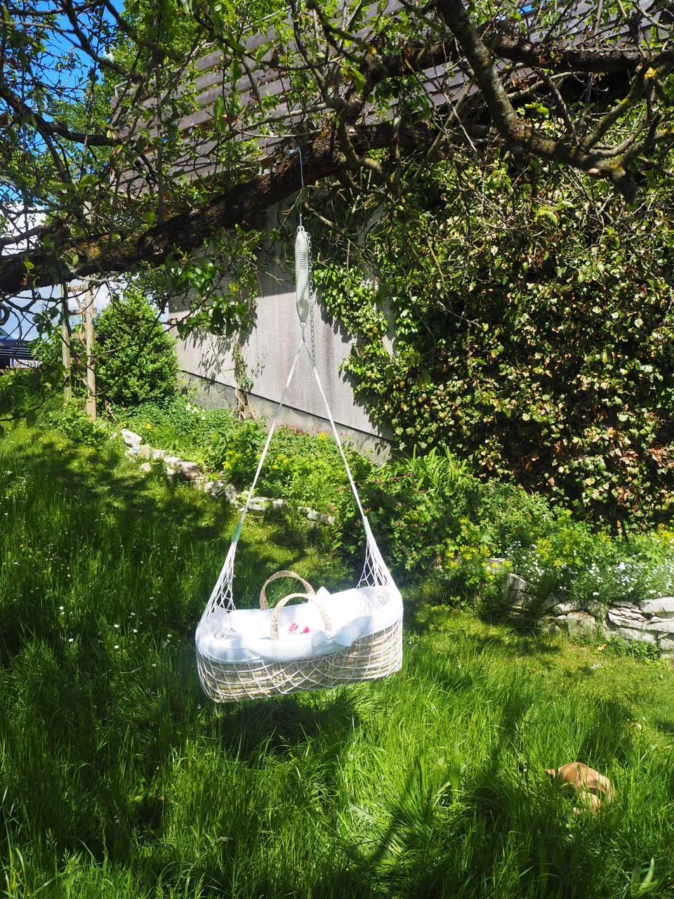 Wir haben die Lullababy Federwiege bei dem schönen sonnigen Wetter draußen an einen Pflaumenbau gehängt Trixi hat total gut geschlafen und Mama konnte total entspannt Tee trinken und durch den Garten wandern.