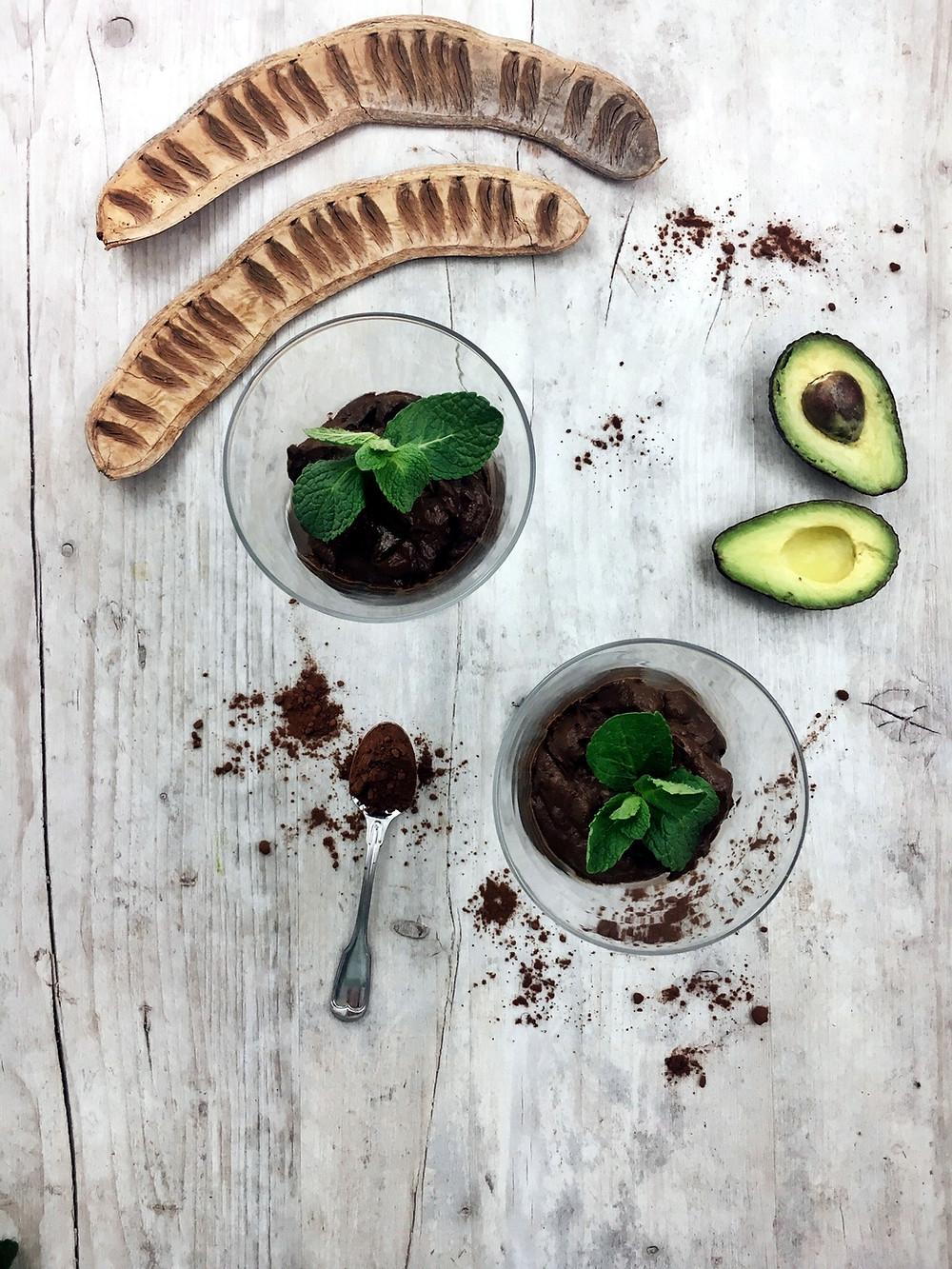 Avocados enthalten  eines der gesündesten Fette, da mehr als die Hälfte als einfach  ungesättigte Fettsäuren vorliegt, die wichtig für ein gesundes Herz sind  und die Senkung des  Cholesterin- und Triglyceridspiegels  unterstützen.  Das Fruchtfleisch der Avocado enthält außerdem eine  unglaublich hohe Dichte an Nährstoffen. Außer ihren gesunden  pflanzlichen Fetten und einer breitgefächerten Mischung von  krebsabwehrenden Carotinoiden enthalten Avocados fast 20 lebenswichtige  Vitamine wie z. B. Vitamin A, Alpha-Carotin, Beta-Carotin, Biotin und  Vitamin E. # mandala connection