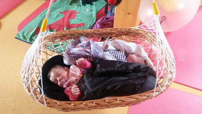 Lullababy® Ferderwiege im Einsatz: Nach knapp zehn Kursjahren würde ich behaupten, dass über 90% der Kinder gerne darin liegen. Ein Erfahrungsbericht von Hebamme Vera Luft.