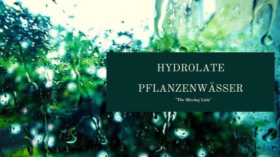 Wichtig bei der Verwendung von Hydrolaten:  Bei konstanter Temperatur lagern (kühl) nur in dunklen Gefäßen kaufen idealerweise mit Sprühkopf versehen (so gelangt weniger Sauerstoff in die Flasche) rasch aufbrauchen.