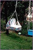 Frau Plenge über Federwiegen: Christian ist prima schwingend eingeschlafen und konnte so leicht mit der Lullababy Federwiege nach draußen gehängt werden.