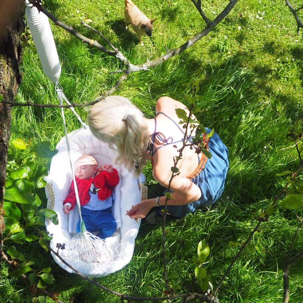 Am praktischsten ist, dass man die Federwiege  eigentlich überall hin mitnehmen und einfach aufhängen kann. Heute  hatten wir Sie zum Beispiel auf dem Land bei meinen Schwiegereltern  dabei, und haben Sie bei dem schönen sonnigen Wetter draußen an einen  Pflaumenbaum gehängt Trixi hat total gut geschlafen und Mama konnte total  entspannt Tee trinken und durch den Garten wandern <3