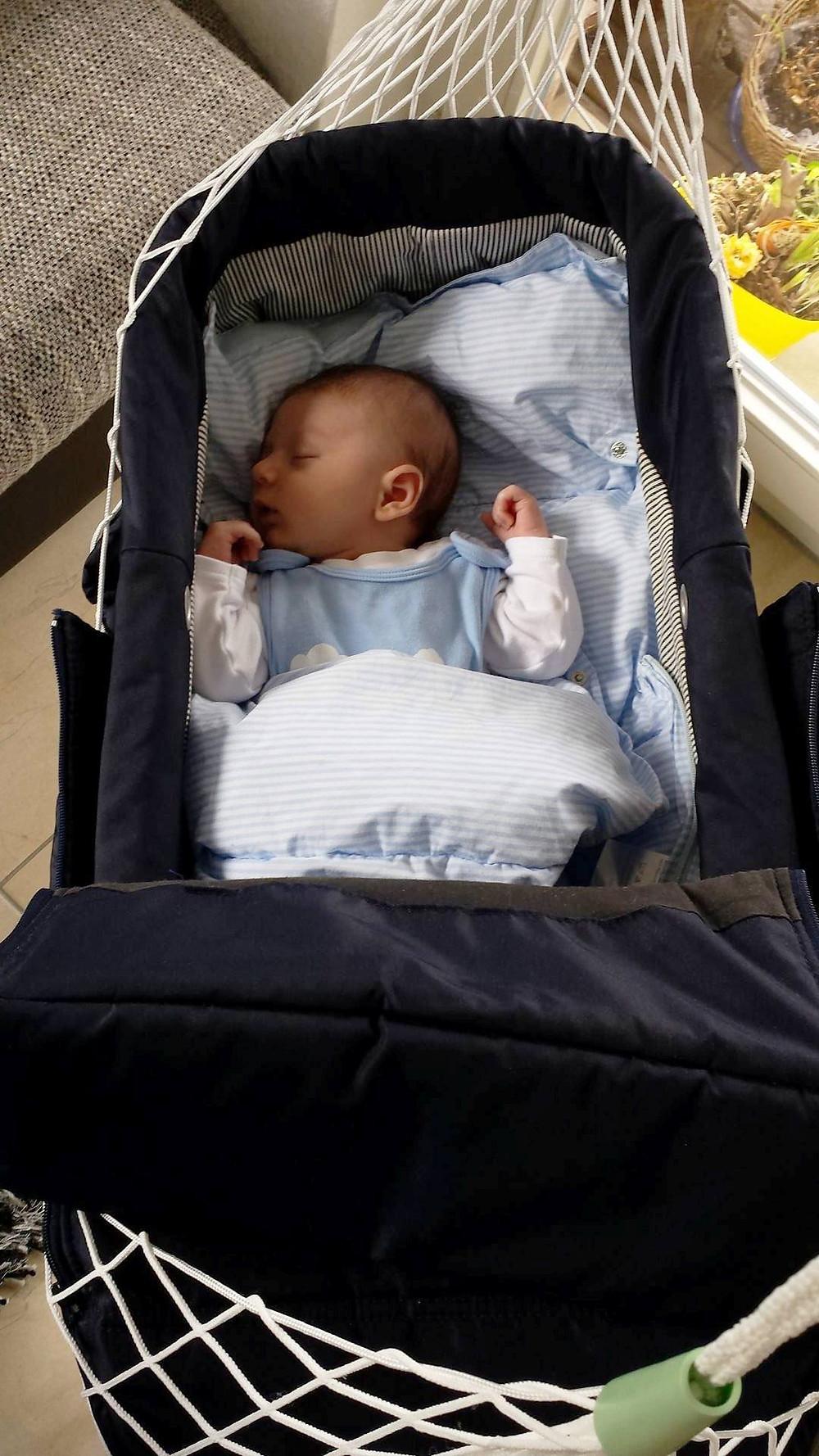 Kinderwagen Oberteil in der Lullababy Federwiege - Friedlich schlafend, mit sanften Schwingungen in den Schlaf