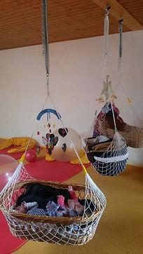 Lullababy® Ferderwiegen im Einsatz: Nach knapp zehn Kursjahren würde ich behaupten, dass über 90% der Kinder gerne darin liegen. Ein Erfahrungsbericht von Hebamme Vera Luft.