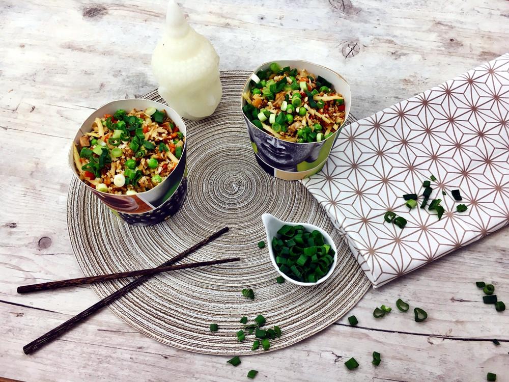 Reis aus Blumenkohl hat außerdem  den Vorteil, dass er gesünder ist als sein echter Vetreter. Ich bin  definitiv ein großer Fan von Cauli Fried Rice! Nicht nur in Zeiten von  Low Carb und Paleo ist der Blumenkohlreis eine tolle Alternative, viele  Menschen freuen sich, wenn sie Lebensmittel finden, die sich einfach  zubereiten lassen und gleichzeitig gewohnte und gerne gegessene  Lebensmittel ersetzen und dabei am besten noch gesund und bekömmlich  sind. Blumenkohlreis beinhaltet rund 75% weniger Kohlenhydrate als  konventioneller echter Reis und zeichnet sich neben der  Kohlenhydratarmut zudem dadurch aus, dass er glutenfrei und reich an  Antioxidantien ist.