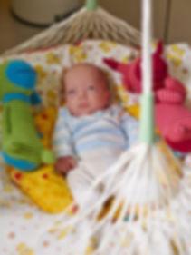"""Im Zentrum für Kinderheilkunde des Universitätsklinikums Bonn  kommt die Federwiege """"Lullababy"""" regelmäßig bei frühgeborenen Babies und Babies mit Unruhezuständen zum Einsatz.  Die vestibuläre Stimulation wirkt sich insbesondere positiv auf die Atmung, die"""