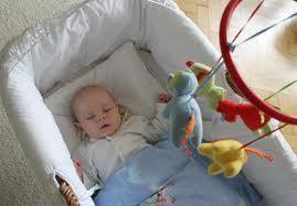 Die Lullababy Federwiege (ohne Korb etc.) kann auch für Babyhängematten benutzt werden, jedoch haben dabei die Babys keine Chance sich in der Hängematte zu drehen und auch kann es in der Nacht gefährlich werden, wenn diese sich übergeben und der Kopf sich nicht bewegen kann. Daher empfehlen wir sehr gerne das Korb-Set, es ist sehr groß, bequem und die Kleinen können sich bei Bedarf drehen.