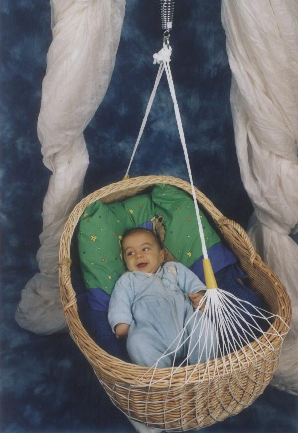 Joel freut sich, er hat eine Lullababy Federwiege   Lullababy beruhigt Babys in Sekunden!