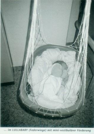Die Lullababy®-Federwiege hat sowohl in der Prävention als auch in der Therapie einen fördernden Einfluss auf gesunde entwicklungsverzögerte Säuglinge und frühgeborene Kinder. Anne Dick, Leitende Physiotherapeutin Kreiskrankenhaus Gummersbach