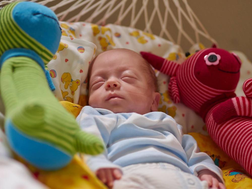 """Im Zentrum für Kinderheilkunde des Universitätsklinikums Bonn kommt die Federwiege """"Lullababy"""" regelmäßig bei frühgeborenen Babies und Babies mit Unruhezuständen zum Einsatz."""