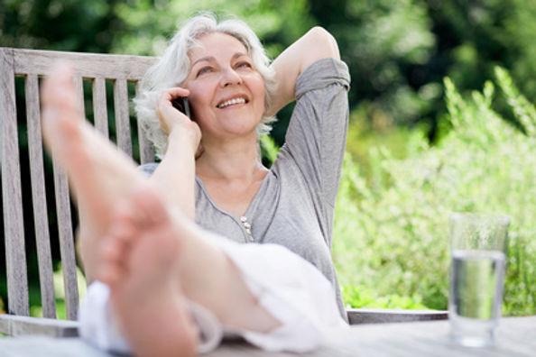 Rentnerin entspannt Telefonieren.jpg