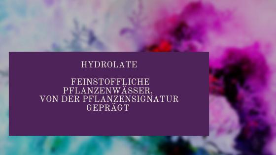 Hydrolate feinstoffliche Wässer, disponiert von der Pflanzensignatur, wirken unmittelbar auf Körper, Geist und Seele.  Die Hydrolat-Therapie ist sanfter als die Therapie mit ätherischen Ölen und spricht v.a. den feinstofflichen Körper an, sie kann jedoch auch direkt auf unseren physischen Körper große Wirkung haben. Hydrolate kann man im Verlauf einer Kur von einigen Wochen einnehmen, so entfalten sie laut Lydia Bossen eine große Wirksamkeit.