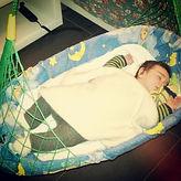 Federwiege Therapeutically Baby Movement by Lullababy: Sobald die Säuglinge drin liegen, beruhigen sie sich durch das sanfte wiegen und wippen