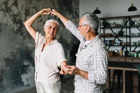 heureux-couple-personnes-agees-danser-ma