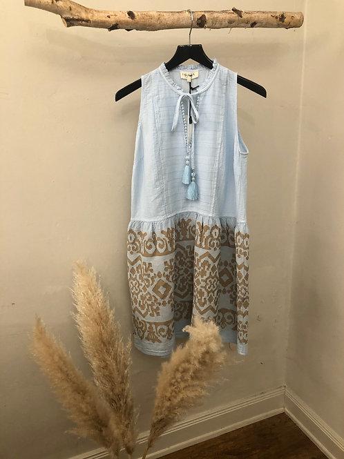 Nema kurzes himmelblaues Kleid mit beigen Details