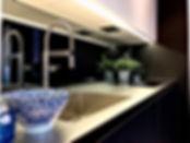 Küchendesign mit hochwertigen Küchengeräten bedeutender Markenhersteller. Handwerklich einzigartige Ausführung des Möbelbaus mit Vollauszügen. Integriertes Lichtdesign im Möbel mit Anschlüssen für USB und Internetverbindung.
