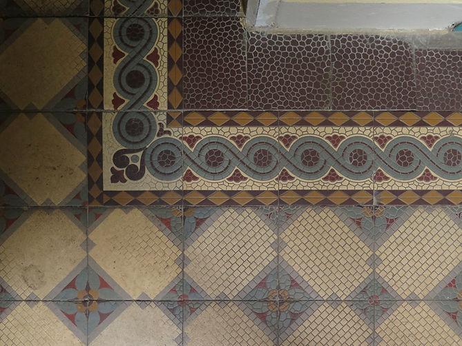 Altbausanierung und denkmalgeschützter Umbau mit alten Bodenfliesen aus der Jahrhundertwende und dem Jugendstil. Hochwertige Gestaltung von Treppenhäusern und Wohnungen mit stilvollem Design