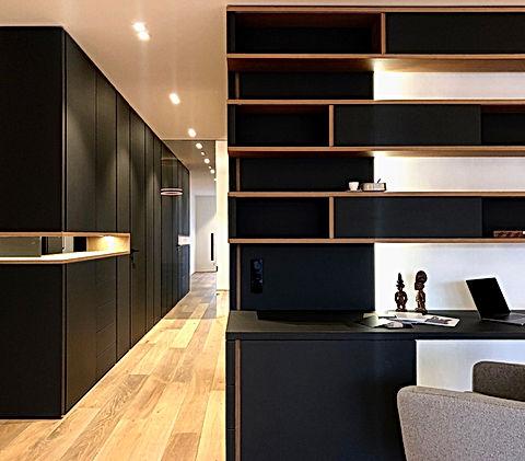 Homeoffice in schwarzer Linoloberfläche Desktop beschichtet mit Schieberegalen und Fächern. Ablage und Regal für Bücher und Wohnaccessoires. Stauraum und Gestaltungselement. Praktischer Arbeitsplatz für Zuhause