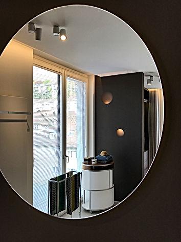 Penthouse mit exklusiv geplantem Designerbad für höchste Ansprüche an Design und Innenarchitektur. Ausstattung und Lichtkonzept mit Bechter Wandleuchten, hinterleuchtetem Spiegel und italienischen Sanitärobjekten von norditalienischen Designerschmieden.