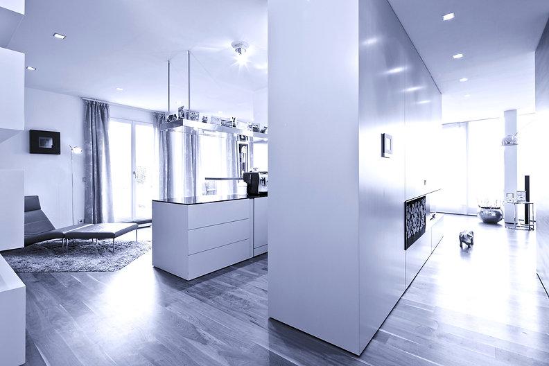 Penthouse mit Luxusqualitäten. Hochwertige Planung und Gestaltung von Innenräumen für exklusive Kunden. Offene Küche mit Arbeitstresen Kücheninsel, Oberschränken und Stauraum in Schreinerausführung