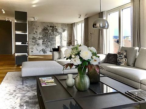 Wohnzimmer in Penthouse für Individualisten. Wandtapete mit Dekorativem stadtplan als Motiv. Sitzgruppe mit Wohnzimmertisch von B&B italia. Stehleuchte von Artemide sowie Aufbaustrahler für Akzentlicht. Individueller beleuchtungsplan vom Innenarchitekten mit hohem Designanspruch. Luxusambiente vom Designer.
