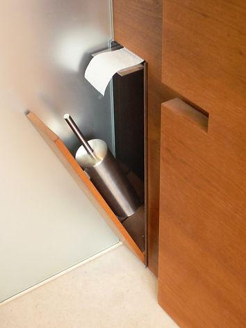 WC-Büste in Möbelbau integriert. Individuelle Detailplanung und hochwertiges Design für exklusiven Innenausbau. Sonderanfertigung aller Details. Stilvolles Wohndesign für Singles und Paare. Naturbelassene Materialien.
